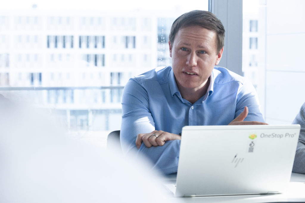 Ziel und Mission von OneStop Pro ist es Mehrwert für Kunden zu erzeugen und manuelle Prozesse durch digitale Arbeitsschritte in Kombination mit Telematik zu vereinfachen. Dominik Märkl ist Leiter von OneStop Pro und beschäftigt sich intensiv damit Prozesse für seine Kunden zu vereinfachen.